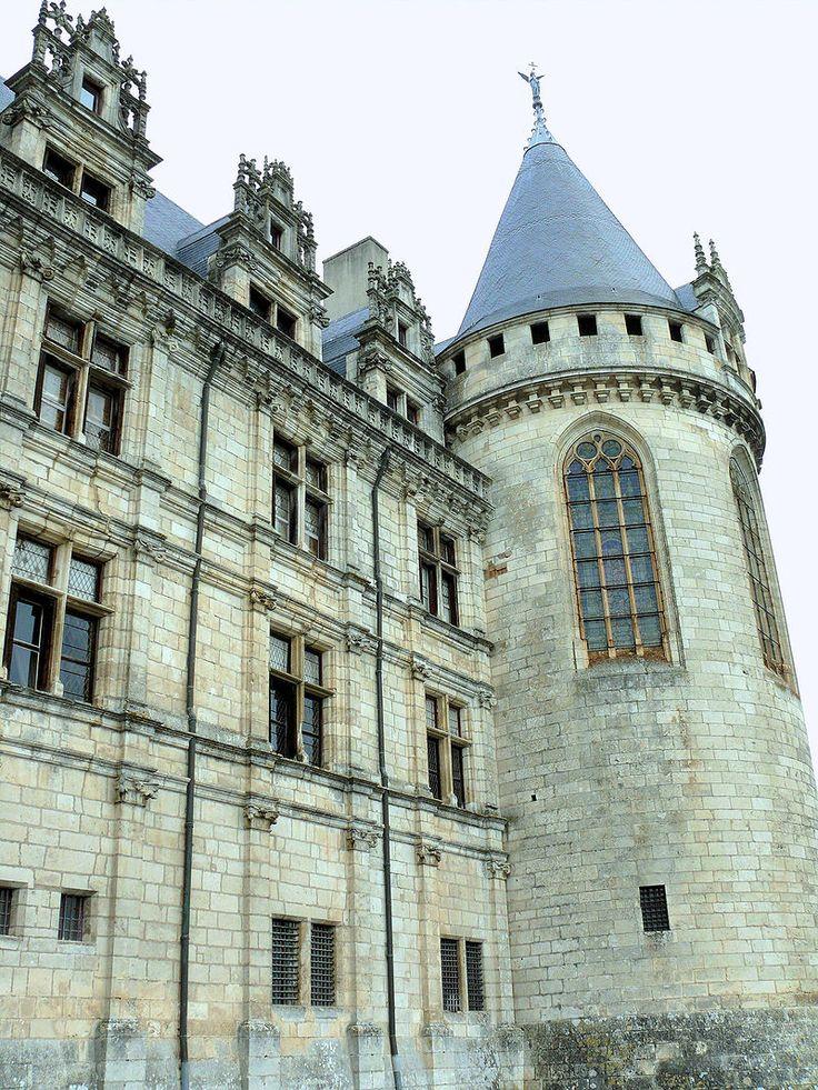 Château de La Rochefoucauld - Aile Est Façade côté ville reprenant les dispositions du château de Bonnivet et tour de la chapelle - 1) HISTORIQUE, 14: En 1344, Gui VII fait son testament. En 1350, AIMERY III DE LA ROCHEFOUCAULD fait construire les 2 tours d'entrée. En 1388, GUI VIII DE LA ROCHEFOUCAULD achète à l'évêque d'Angoulême le château de Montignac. En 1453, JEAN DE LA ROCHEFOUCAULD édifie les 3 tours d'angle et surélève le donjon.