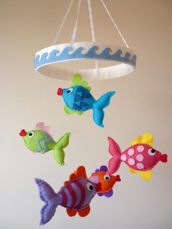 Mobiel met vissen van vilt. Zelf creaties van vilt maken? Kijk voor vilt eens op www.bijviltenzo.nl