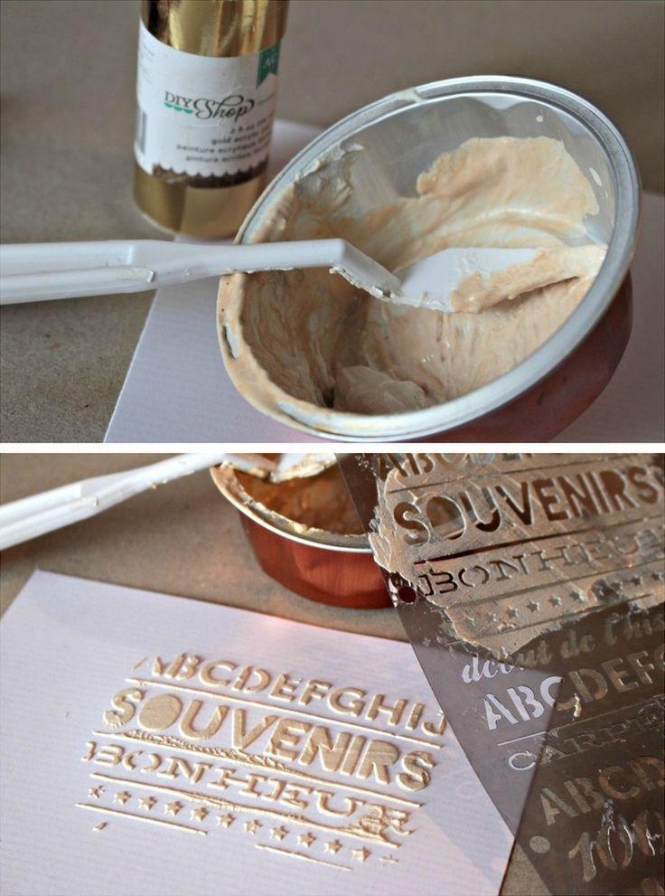 Mélange de peinture dorée, de spray doré et de modeling paste pour application aux pochoirs.