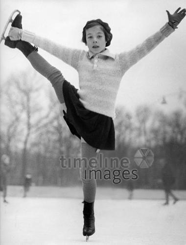Maedchen beim Eiskunstlauf ullstein bild - Rene Fosshag/Timeline Images, 1934