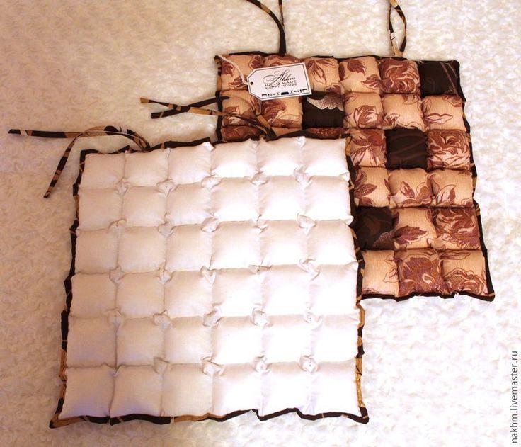 Предлагаю подробно рассмотреть изготовление изделий в технике «пуфики» (она же «бисквит» или «бомбон») на примере создания чехла-сидушки для стула (табурета). Вот что получится в результате нашего мастер-класса: Что потребуется? 1. Ткань-основа, на которую будут нашиваться «пуфики», в зависимости от обработки края, эта ткань будет скрыта нижней основой или сама будет являться нижней основой. Заранее продумайте дизайн и…