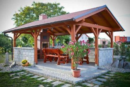 Kdo má rád společnost a kulinaří, určitě si pořídí originální pergolu i s krbem podle návrhu zahradního architekta.