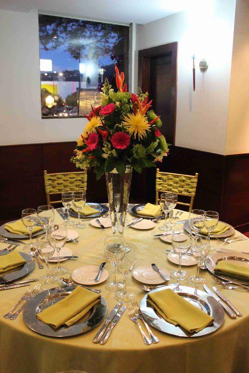 Simple Table arrangement. #Bogota #Colombia #Weddings #CdPWeddingPhotography