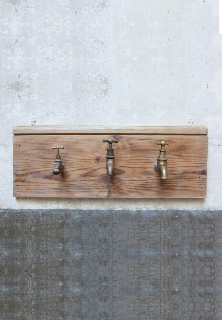 Antiguos grifos de cobre que se transforman en un original perchero sobre una tabla natural de madera reciclada, de esta manera reutilizarás los objetos que tienen otra utilidad en un objeto original para poner cualquier objeto en tu casa.