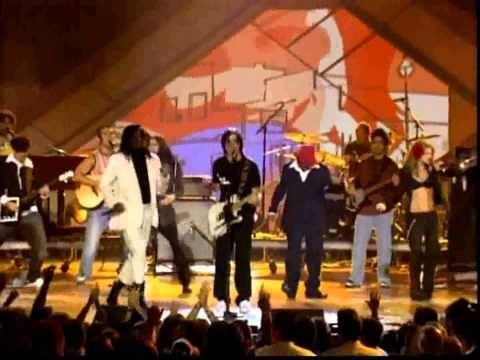 ▶ The Black Eyed Peas & Juanes - Latin Girls & La Paga (live) [HD/HQ] 3D - YouTube