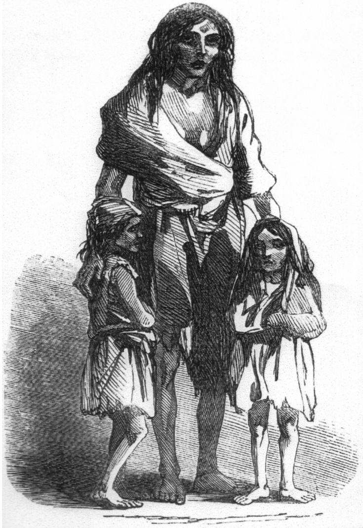 Bridget O'Donnel e suas duas crianças em 1849 (Grande Fome da batata, na Irlanda (1845 - 1849). 1849. Desenho. A família foi expulsa do lugar onde moravam por débitos do aluguel. Foram acolhidos pelas famílias de duas vizinhas. 8 dias depois Bridget teve um natimorto. Toda a família teve febre e um menino de 13 anos morreu em decorrência da fome. IIustração do London News, em 22 de dezembro de 1849.