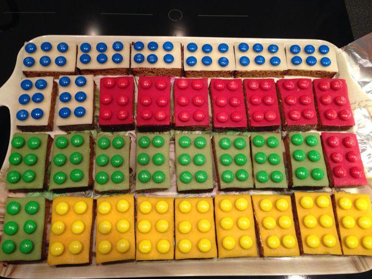 Tractatie Lego blokjes van ontbijtkoek, marsepein en M&M.