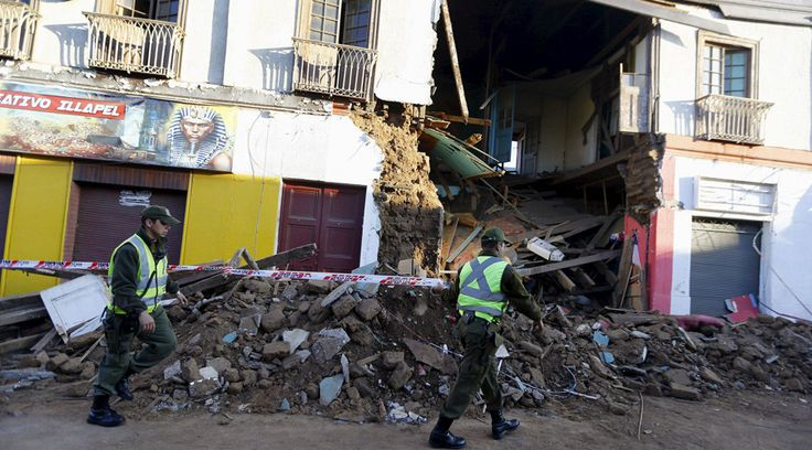 Chile's 8.3 quake, evacuations, tsunami waves caught in dramatic videos http://sumo.ly/88oI  Police officers put barricade tape in front of a damaged building after an earthquake hit areas of central Chile, in Illapel town, north of Santiago, Chile, September 17, 2015. © Ivan Alvarado