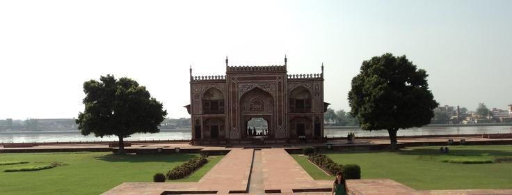 Agra, capital del imperio mogol, el trono del pavo real. Mausuleo, templo de poder de la mujer. 1622-1628, sirvió de inspiración al Taj Mahal