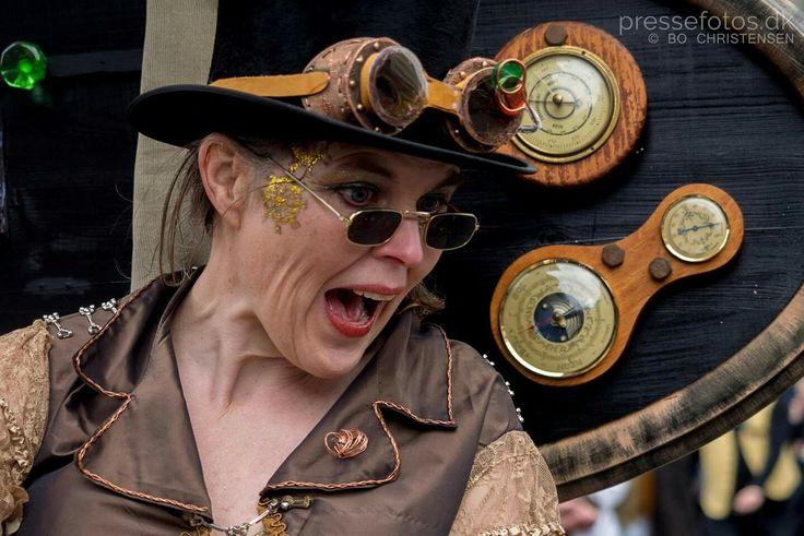 Steampunk.  Old barometers. Googles made of foam, recycled plastic and leather.  Design: Britt Kristensen, KarnevalsKoloritterne.dk Photo: pressefotos.dk.