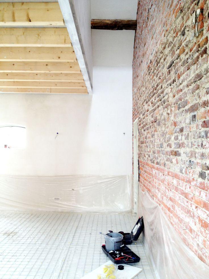 Uitvoering Van boerderij naar woonhuis en B&B #farm #architecture #architectuur #interieur #proces #constructing #interior #monument #weert #boerderij #wit #white #style #stijl #modern #traditional #traditioneel #denieuwecontext #dnc #hout #wood #bricks #baksteen #plaster #pleisterwerk #rural #limburg #vide