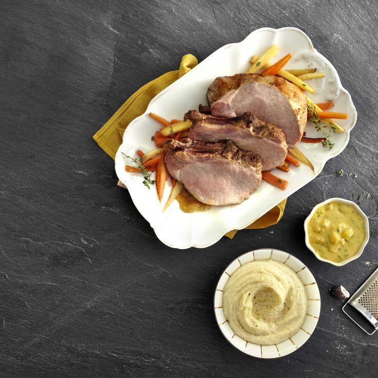 Een overheerlijke varkenskroontje met pickles-saus en geroosterde groenten, die maak je met dit recept. Smakelijk!