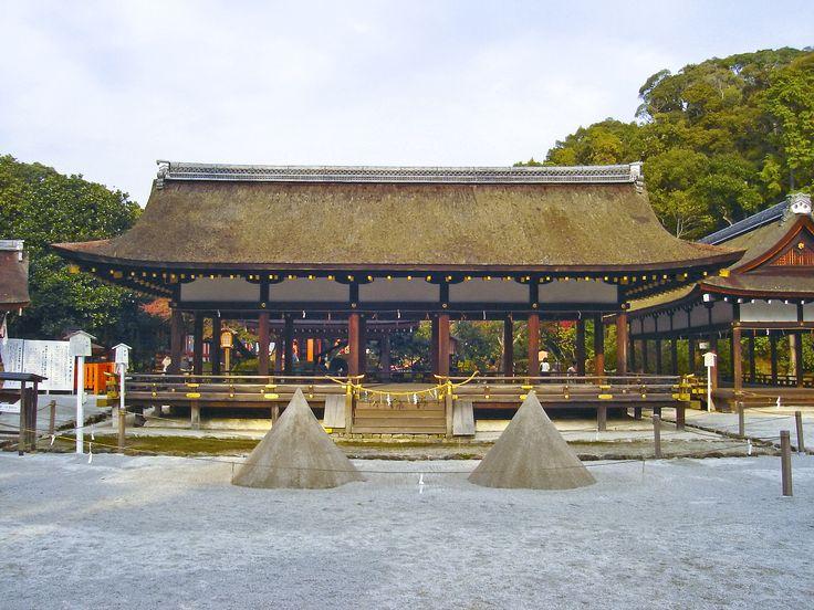 O santuário Kamowakeikazuchi-jinja, mais conhecido por Santuário de Kamigamo, faz  parte dos Santuários Kamo, é um santuário xintoísta perto do Rio Kamo, em Kita-ku, Quioto, no Japão.  Está incluído entre os Monumentos Históricos da Antiga Quioto, e é um Patrimônio Mundial da Humanidade. O santuário foi construído no ano 678 d.C., pelo Imperador Tenmu.  Fotografia: PlusMinus.