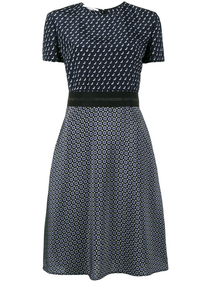 ¡Consigue este tipo de vestido informal de Stella Mccartney ahora! Haz clic para ver los detalles. Envíos gratis a toda España. Stella Mccartney - Tie Print Short Sleeve Dress - Women - Silk/Polyamide/Latex - 48: Approach the upcoming months in full swing with Stella McCartney's 'tie printed' dress from the label's AW17 collection. Opting for a sharp, confident yet feminine attitude this season, Stella McCartney presents a vibrant and comfortable dress that can be styled during work hours…