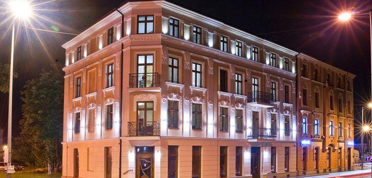 Hotel Gal nocą.