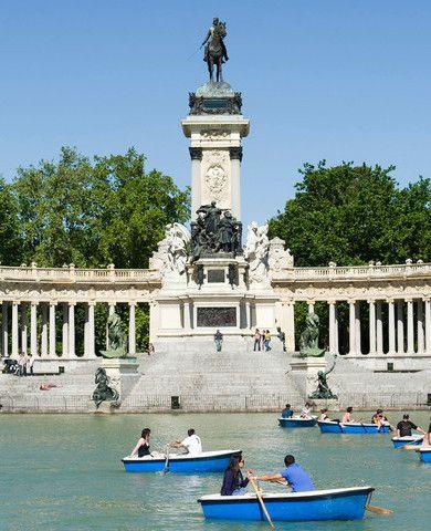Parque del Retiro en Madrid. Hay gente en los barcos