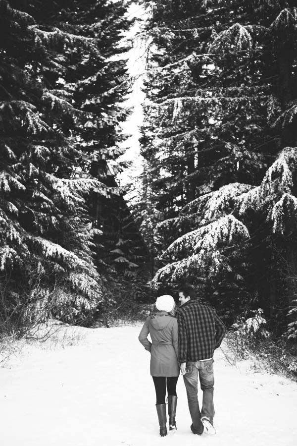 romantischer Winterspaziergang. Foto von Powers Photography Studios.   – Engagement Sessions