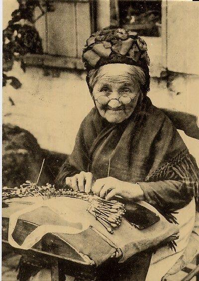 Ria Demeyere • zojuist Ria Demeyere Dit is mijn overgroot moeder afkomstig van Avelgem en ook aldaar gefotografeerd en later verkocht als Brugse kantwerkster, ze is gestorven in 1920.