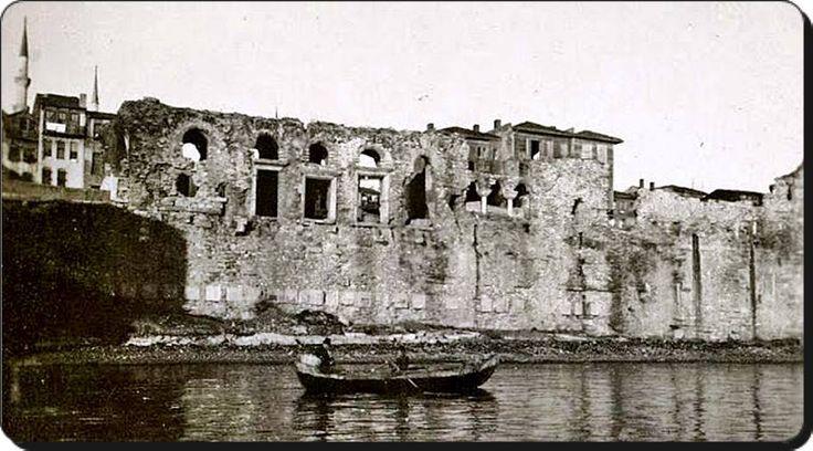 Bukoleon Sarayı - 1918 Bukoleon Sarayı,  İstanbul'da, tarihî yarımadanın Marmara Denizi kıyısında bugünkü Cankurtaran ile Kumkapı arasındaki Çatladıkapı mevkiinde,  Küçük Ayasofya'nın hemen doğusunda bulunan ve bugüne yalnızca kalıntıları ulaşmış olan Bizans sahil sarayı.