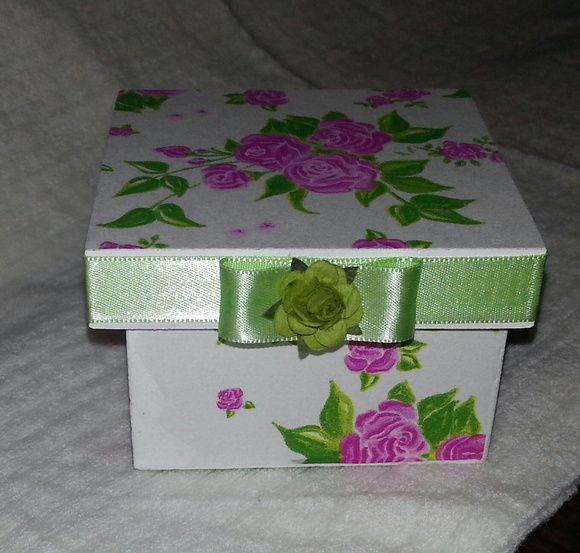 Caixa em MDF pintada e decorada com decoupage de guardanapo, e fita de cetim. Ideal para festa de 15 anos, bodas e casamento. Tam. 9x9