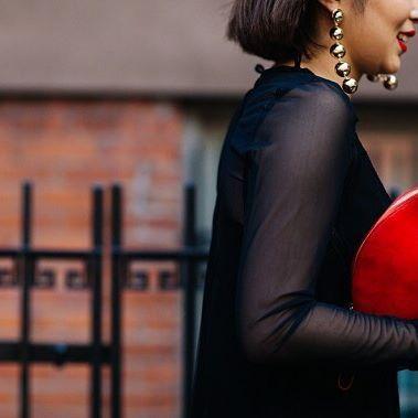 Крупные шарообразные серьги в стиле 80-х были особенно популярны на Неделе Моды в Нью-Йорке, которые  сочетают как с женственными платьями, так и с худи или свитшотами.