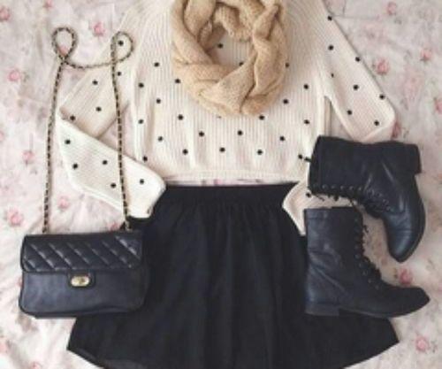 Saia preta + camisola malha bolinhas + botas pretas
