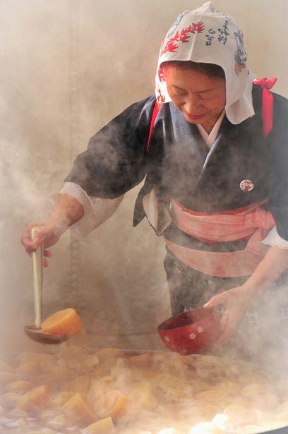 湯気だいこ | 行事 > その他の写真 | GANREF 日本の大切な伝統行事をお守り下さる皆様。Japan 冬場はだいこ(大根)炊き!