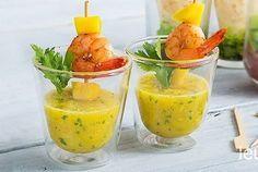 Met dit recept maak je een heerlijke amuse die bestaat uit een frisse dip van mango, limoen en koriander. Hierdoor gaat een vleugje chili en de amuse wordt geserveerd met een lekkere garnaal erin. Mocht je wat overhouden dan kun je de volgende dag een lekkere salade met garnalen maken en de mangodip als dressing gebruiken. Eet smakelijk!