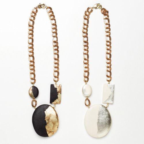 【ARATA(アラタ)】銀箔モダンネックレスの商品詳細ページです。京都の和紙ブランド・ARATAが手掛けた大ぶりのネックレス。上質な手漉き和紙に銀箔をあしらった、アートのようなモダンなデザイン。いつもの装いに大人っぽさをプラスしてくれます。