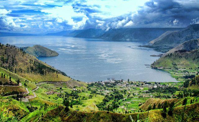 Legenda yang satu ini datang dari tempat wisata yang terkenal di Indonesia, yaitu Danau Toba sebuah danau terbesar di Indonesia yang terletak di provinsi Sumatera Utara.