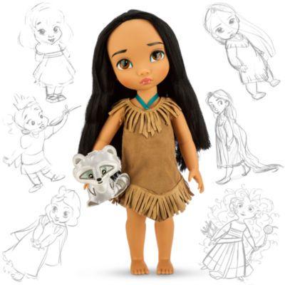 Nos artistes Disney Animators ont imaginé Pocahontas, la princesse à l'esprit libre, en petite fille, et le résultat est cette jolie poupée. Avec ses longs cheveux noirs, elle porte une robe à franges. Elle est accompagnée de Meeko, le raton laveur.