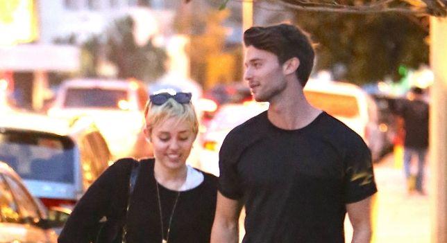 Miley Cyrus y Patrick Schwarzenegger pasean su amor ante los paparazzis por Malibú.   CORAZON VIP 2