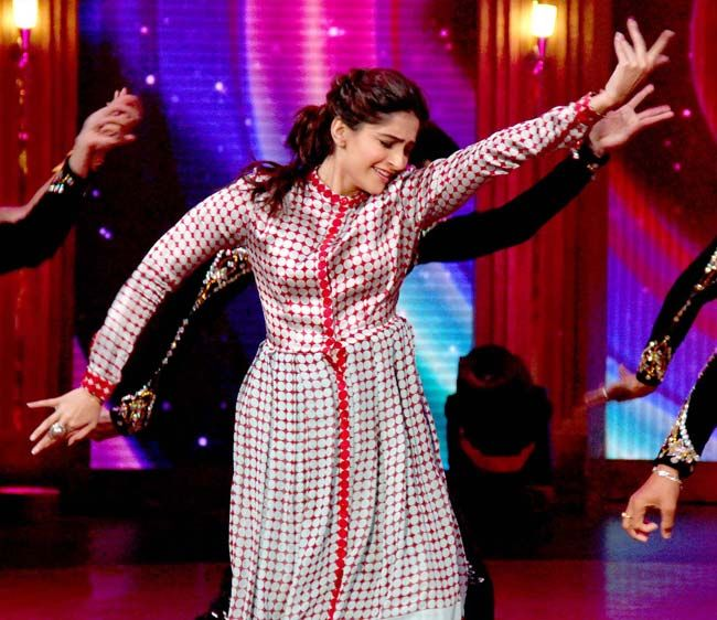 Sonam Kapoor shakes her leg on sets of 'Entertainment Ke Liye Kuch Bhi Karega'. #Style #Bollywood #Fashion #Beauty