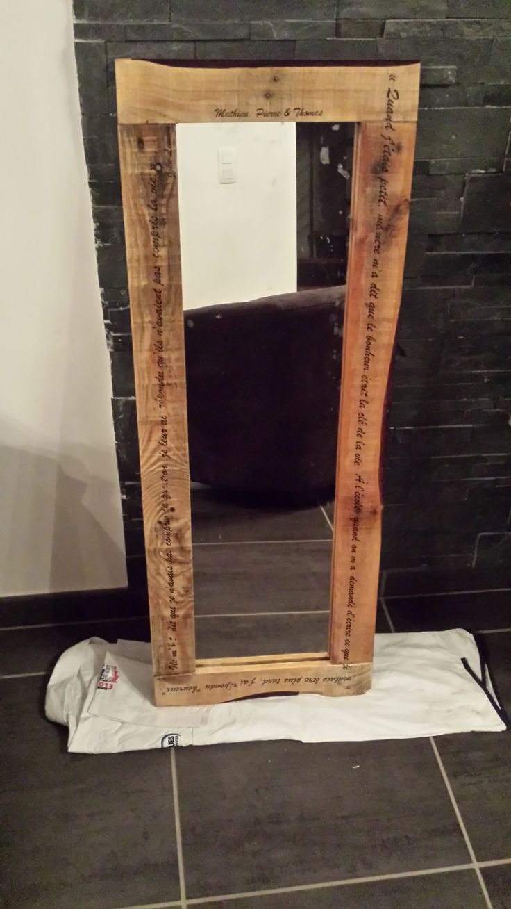 pallet mirror miroir en palette recycl e avec inscriptions pallet ideas palettes en bois. Black Bedroom Furniture Sets. Home Design Ideas
