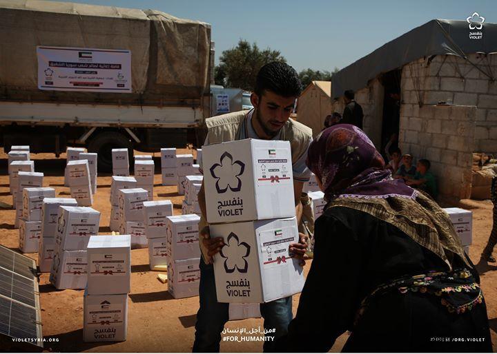 1000 عائلة نازحة مستفيدة من مشروع السلل الطارئة يهدف المشروع تأمين المواد الأساسية الغذائية للعوائل قبل شهر رمضان المبارك في محافظة ادلب Violet Human
