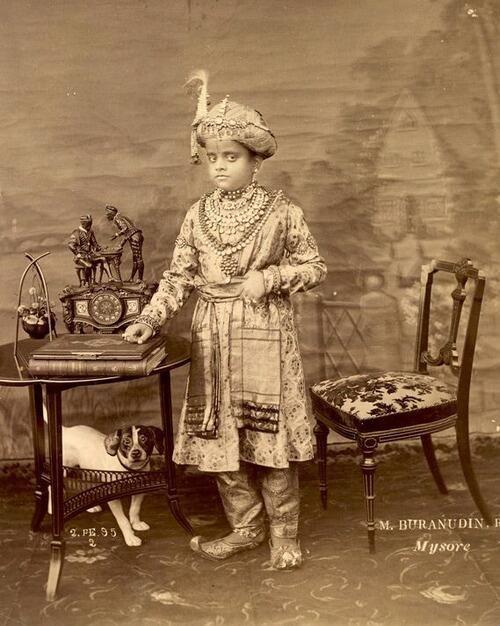 1895年、南インド、マイソール藩王国クリシュナ・ラージャ4世(1884-1940)、11歳を迎える前の写真。 pic.twitter.com/CW7xOB5Hwu