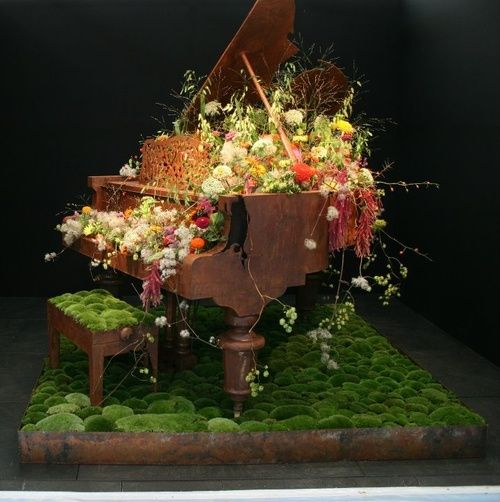 A piano is decorated with flowers.