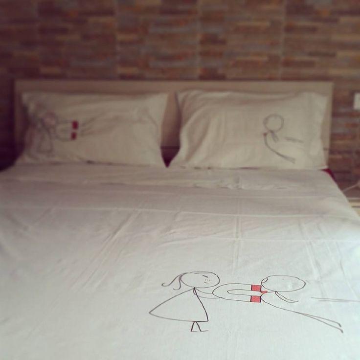 Coppia di federe con lenzuolo in coordinato personalizzate a mano con disegno, frase soggetto a scelta : Tessili e tappeti di creattivita