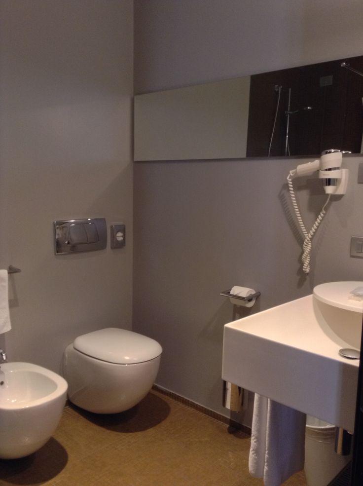 Hotel Casa Poli, Mantova - Bagno lineare con pareti in resina color grigio.