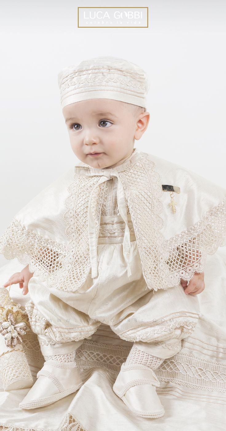 Hermoso ropón de bautizo para niño, desmontable, confeccionado en shantung seda, con aplicaciones de delicado guipure.