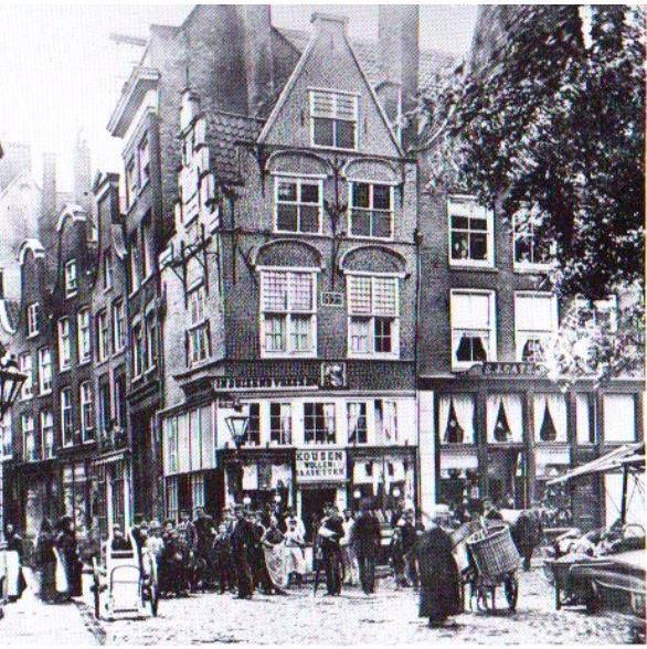 Het huis In duizend Vreezen op de hoek van de Grotemarkt en het Hang omstreeks 1880. De bewoners van dit huis zouden tijdens het bloedbad van april 1572 hun huis met schapebloed hebben besmeurd. Op het zien van al dat bloed, concludeerden de Spanjaarden dat collega's hun werk hier al gedaan hadden. Zo wisten de Rotterdammers, die in de kelder van het huis 'duizend vreezen' hadden uitgestaan, de plundering te overleven