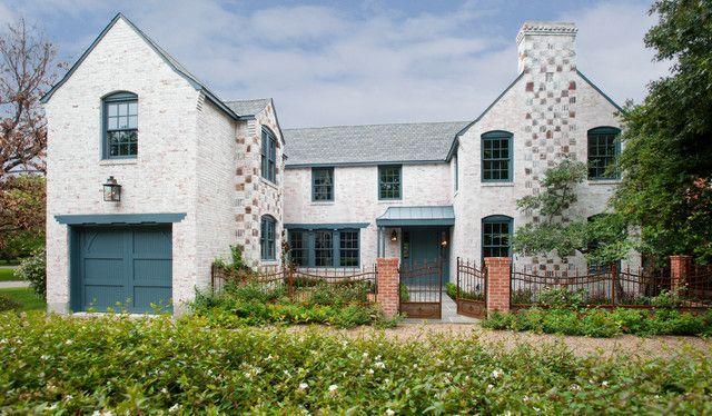65 идей кирпичных домов (фото, проекты): классика частного домостроения http://happymodern.ru/kirpichnye-doma-proekty-foto/ Красивый фасад белого цвета