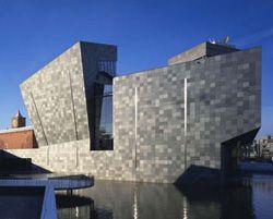 Het Van Abbemuseum in Eindhoven weet ook dat de buitenkant net zo belangrijk is als de binnenkant. Het gebouw interacteert met de omgeving: verandert van kleur met de dag.  Het Van Abbemuseum maakt in binnen- en buitenland deel uit van een groeiend aantal musea voor de beeldende kunst. Vormgeving, presentatie, de collectie, alsook architecturale vormgeving blijk geven van een uitgesproken en hedendaags karakter.