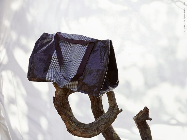 Die Neuinterpretation der klassischen blauen IKEA Tasche spielt mit Farben und Webmustern. Größe und Material blieben unverändert.