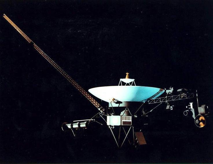 mas que un ejercicio real para establecer un primer contacto con alguna raza extraterrestre a años luz de distancia, el disco de oro de las Voyager fue un recordatorio del primer paso de –en palabras de Sagan– una civilización joven y prometedora internándose lo mínimo en la orilla del océano cósmico. Posiblemente, las sondas Voyager son el proyecto espacial más inspirador y al mismo tiempo, la mejor muestra de lo diminuta que resulta nuestra existencia en la inmensidad del tiempo y la…