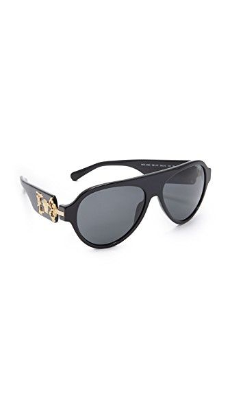 ¡Consigue este tipo de gafas de sol de Versace ahora! Haz clic para ver los detalles. Envíos gratis a toda España. Versace Medusa Flat Top Sunglasses: A signature Medusa face and intricate etchings detail the extra-wide arms on these glossy Versace sunglasses. Hard case and cleaning cloth included. Aviator frame. Non-polarized lenses. Made in Italy. Measurements Width: 6in / 15cm Height: 2.25in / 5.5cm Lens Width: 55mm (gafas de sol, gafa de sol, sun, sunglasses, sonnenbrille, lentes de…