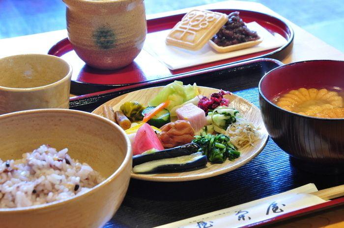 お茶漬けバイキングでは、ご飯が三種類あるので、好きなお漬物とご飯の組み合わせを楽しめます。菊の形をしたもなかにはお味噌が入っているので、お湯を注いでお味噌汁に。お茶はほうじ茶と煎茶があります。時間制限なしというのも嬉しいポイントですね。お茶漬けバイキング阿古屋茶屋(あこやちゃや)