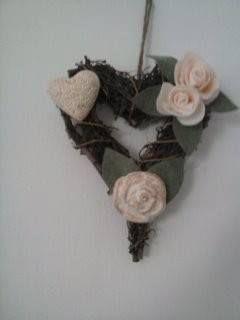 fuori porta in viticcio con rosa e cuore in gessetto profumato alla lavanda e rose in feltro color panna