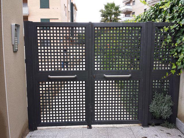 Puerta residencial de chapa perforada flickr - Puerta de chapa ...