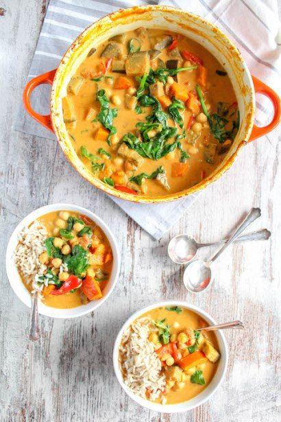 Dieses One Pot Auberginen, Kürbis und Kichererbsen Curry ist so einfach und lecker, dass man es jede Woche essen kann. Es ist vegan und glutenfrei.